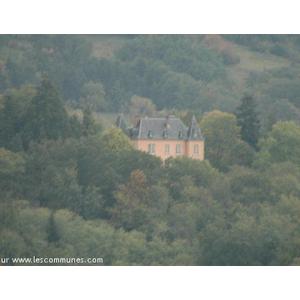 Chateau sur un versant  au petit matin brumeux