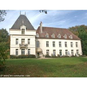 Château Hotel restaurant situé au coeur d un parc de 15 ha agrémenté d animaux