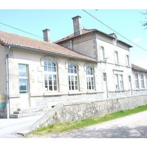 Le bâtiment communal où se trouvent la mairie, la salle polyvalente et deux logements communaux