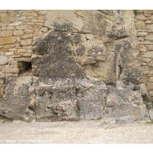 rocher acoller au mur du chateau  qui etait mon lieu prefere pour jouer  dans mon enfance