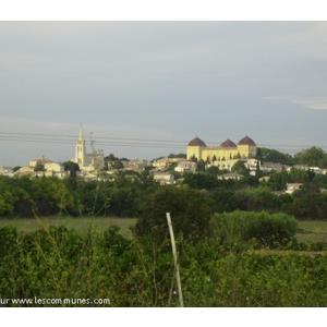Le village dominé par le château et l église (sept. 2010)