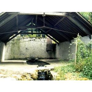 Ancien lavoir, alimenté -dit on - par une source qui s écoulerait sous l église