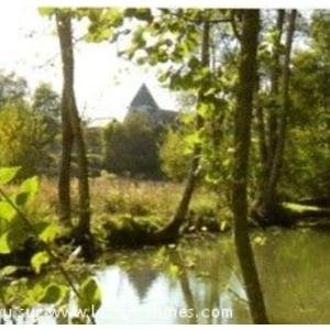 reflets de l église paroissiale Saint-Saturnin dans la rivière Amasse