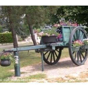 """Une charrette, autrefois utilisée par les résiniers pour transporter les barriques de gemme et pour les travaux de la ferme. A ce jour, elle sert de décor sur le site du lotissement"""" les pins"""" au coeur de notre village."""