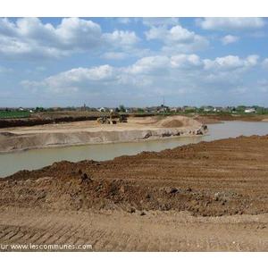 carrière de sable en exploitation aux abords de la rivière Moselle.