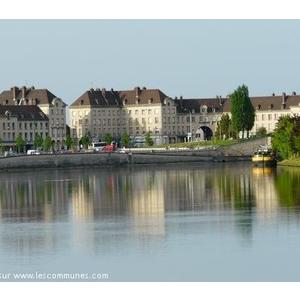 Le centre ville de Creil (place du marché) vu de la rivière (l Oise)