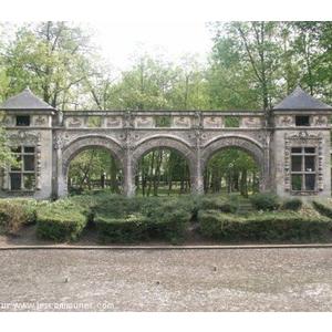 La façade de Sarcus dans le parc Hébert