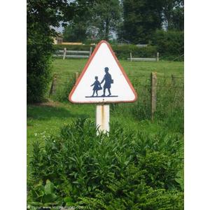 Attention : Enfants dans le  village