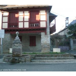 fontaine de Lucq de Béarn et maison du centre