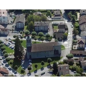 Vue aérienne de la place de l église en entrée de chef lieu.