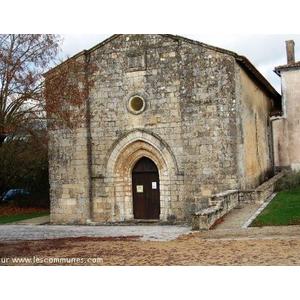 Ancienne église romane du XII ème devenue sous Napoléon  qui en fît cadeau un temple protestant . On peut dire que c est le seul temple protestant d époque romane...