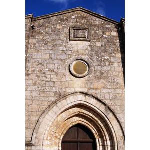Sur la façade de l édifice roman , une bible sculptée rappelant que c est un temple