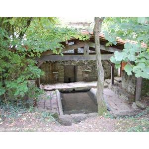 Lavoir à la campagne. De nombreux lavoirs sont sur la commune de Souvigné dans chaque hameau.. Vous les retrouvez facilement lors de vos balades à pied sur les chemins balisés.